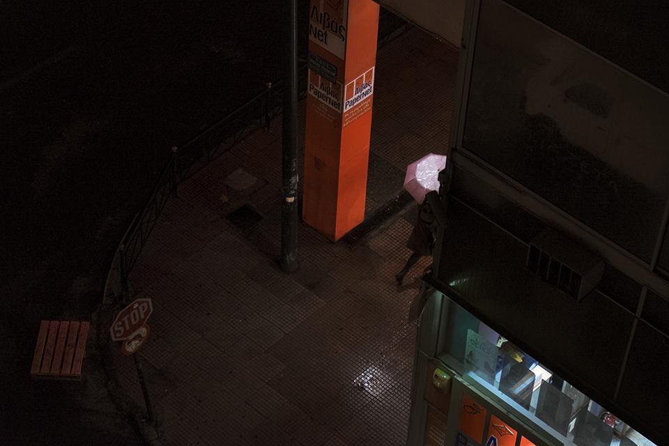 Donna con ombrello